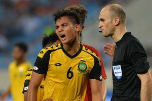HLV U23 Brunei sốc khi thấy học trò khóc trên sân vì nhận thẻ đỏ