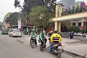 Taxi, xe ôm 'vây' cổng trường đại học