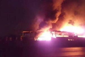 Xe ô tô cháy, tài xế nhanh trí đập cửa hàng chục hành khách thoát thân