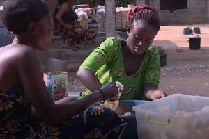 Ngôi làng kì lạ cấm phụ nữ sinh con trong làng