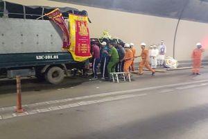 Xe chở quan tài đưa tang bốc cháy dữ dội trong hầm Hải Vân