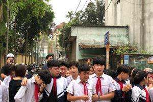 Đau thương, nước mắt trải dọc con phố tiễn đưa 8 học sinh chết đuối ở Hòa Bình
