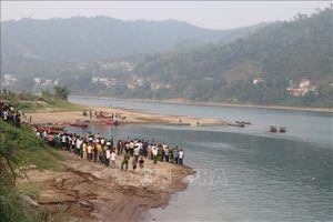 Thăm hỏi gia đình 8 học sinh tử vong do đuối nước trên sông Đà