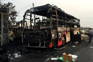 Clip: Xe khách giường nằm bốc cháy dữ dội, lan vào nhà dân ở Bình Thuận