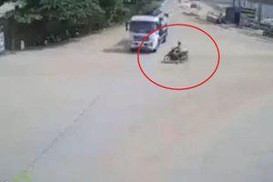 Xe máy tông thẳng vào xe bồn, tài xế may mắn thoát chết