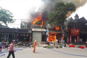 Đang cháy xưởng sửa chữa ôtô gần trung tâm thương mại