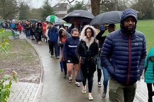5.000 người xếp hàng dưới mưa chờ xét nghiệm để cứu cậu bé 5 tuổi