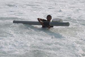 Nghề kỳ lạ: Cưỡi ống ra biển buông câu thả lưới, mưu sinh giữa sóng dữ