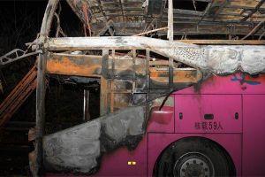 Xe cháy ngùn ngụt trơ khung, hàng chục người thiệt mạng