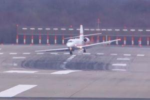 Máy bay 'vật lộn' với gió lớn, suýt văng ra khỏi đường băng