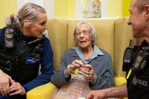 Lạ: Cụ bà hơn 100 tuổi khao khát được... ngồi tù