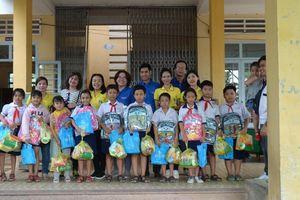 Đoàn tặng quà cho học sinh khó khăn ở Tiền Giang