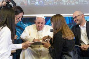 Giáo hoàng viết đoạn code đầu tiên ở tuổi 82