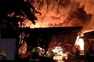TP.HCM: 3 giờ chiến đấu với 'bà hỏa' của hàng trăm cảnh sát PCCC tại kho chứa dầu