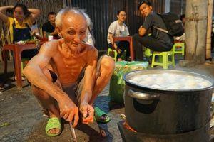 Dân mạng chung tay mua trứng ủng hộ cụ ông nghèo khổ
