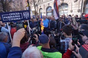 Các nhà hoạt động đảng cấp tiến của Serbia giận dữ đốt cờ EU, NATO