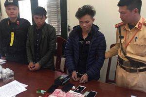 Bị CSGT dừng xe, nam thanh niên cầm hộp đựng ma túy bỏ chạy