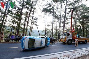 Taxi lật nghiêng trên đèo Prenn ở Đà Lạt sau cú va chạm