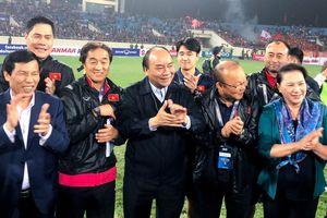 Thủ tướng xuống sân ăn mừng sau trận thắng 4-0 trước Thái Lan