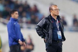 HLV Park Hang-seo tức giận lao ra sân vì cầu thủ U23 Thái Lan phạm lỗi