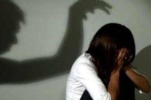 Bắt quả tang gã đàn ông đang xâm hại tình dục con gái của người tình