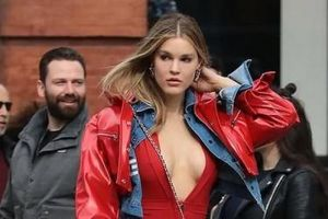 Người mẫu Playboy lấp ló ngực đầy trên phố