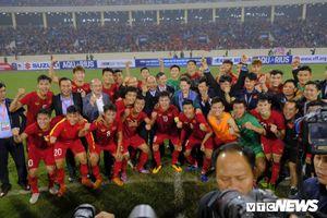 Thủ tướng xuống sân chúc mừng chiến thắng lịch sử của U23 Việt Nam