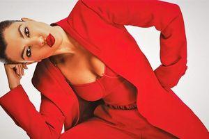 Chị gái Kim Kardashian khoe ngực trong lần đầu lên bìa Vogue