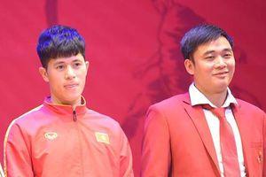 Trung vệ Đình Trọng ngượng ngùng nhận giải VĐV tiêu biểu trong ngày vắng Quang Hải