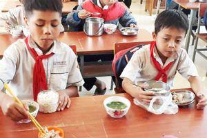 Thầy cô giáo Đắk Glei góp gạo thổi cơm nuôi học sinh