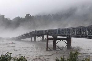 Người dân kinh hoàng chứng kiến cảnh tượng cây cầu bị lũ cuốn trôi