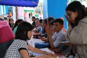 Phụ huynh, học sinh đến tận trường ĐH tìm hiểu thông tin xét tuyển