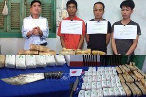 Bắt 4 đối tượng người Lào vận chuyển 110.000 viên ma túy tổng hợp