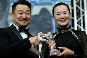 Đạo diễn của 'Thiên trường địa cửu' gây tranh cãi khi PR phim quá tay, phản cảm