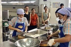 Phụ huynh cùng tham gia giám sát bếp ăn trường học