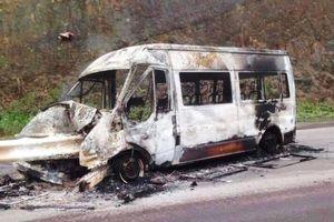 Xe khách đâm dải phân khách, bốc cháy ngùn ngụt giữa đường