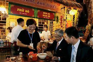 Du khách 'no bụng' với ẩm thực Nhật Bản và Việt Nam