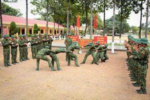 Cán bộ '4 cùng', nêu gương trước chiến sĩ mới