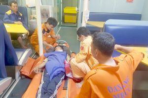 Đà Nẵng: Cấp cứu thuyền viên tàu cá bị nạn trên biển
