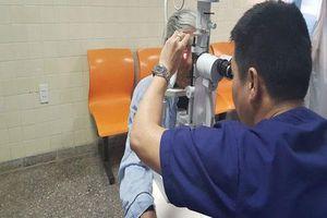 Quảng Bình: Hy hữu cụ bà bị gà mổ mắt gây tổn thương nghiêm trọng
