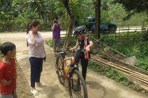 Bé trai đi hơn 100km từ Sơn La xuống Hà Nội thăm em được tặng xe đạp mới