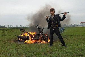 Khá Bảnh đập phá, đốt xe máy giữa bãi đất trống: Công an vào cuộc xác minh