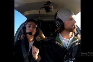 Phi công cầu hôn bạn gái trên máy bay sau khi nói dối là động cơ hư