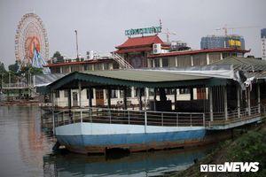 Vì sao du thuyền, nhà hàng nổi tiền tỷ hóa sắt vụn vẫn tồn tại trên Hồ Tây?