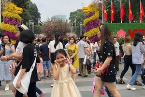 Du khách thích thú với trải nghiệm tại lễ hội hoa anh đào ở Hà Nội