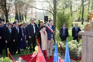 Chủ tịch Quốc hội đặt hoa tại Tượng đài Chủ tịch Hồ Chí Minh ở Montreuil