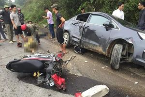 Hai phụ nữ nhập viện sau va chạm với ô tô