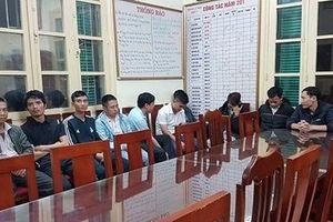 Xử lý 12 đối tượng chèo kéo khách đi taxi 'dù' ở sân bay Nội Bài