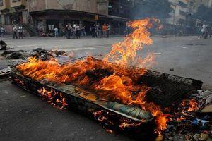 Vì sao người dân phóng hỏa gần Dinh Tổng thống Venezuela?