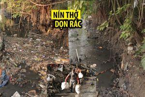 Lội bùn dọn rác dưới dòng kênh đen ngòm giữa Sài Gòn